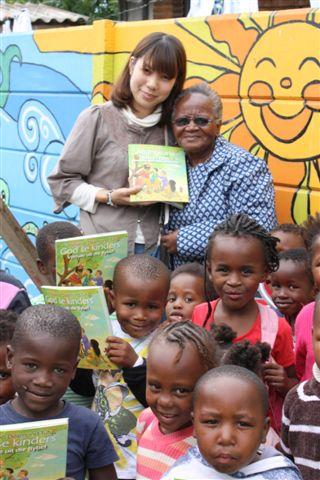 Japannese Christene gee Xhosa Bybels aan SA kinders