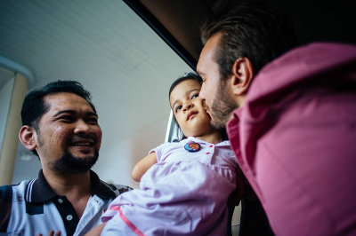 Nic Vujicic meets Thai girl with no limbs. ((PHOTO: NICK VUJICIC FACEBOOK PAGE/MIKE VILLA))