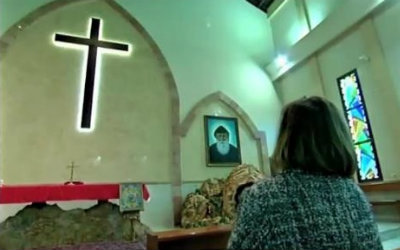 Therese Daoud prays at church. Doctors view the shrinkage of her malignant tumor as miraculous (PHOTO: Screenshot: Israel Channel 2).