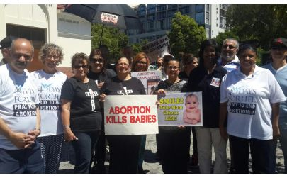 Christian pro-lifers participating in the 40 Days For Life vigil outside Marie Stopes Clinic in Bree Street, Cape Town. (PHOTO: Mieta Sishuba).
