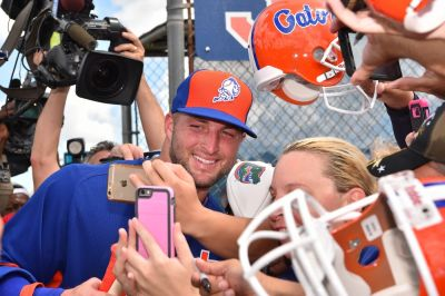 tim-tebow-with-fans