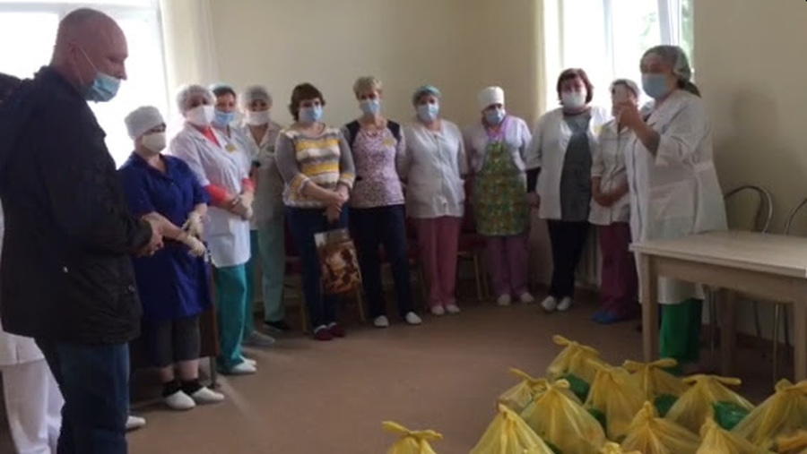 Russian Christians surprise healthcare heroes, families with 'Love in Action'